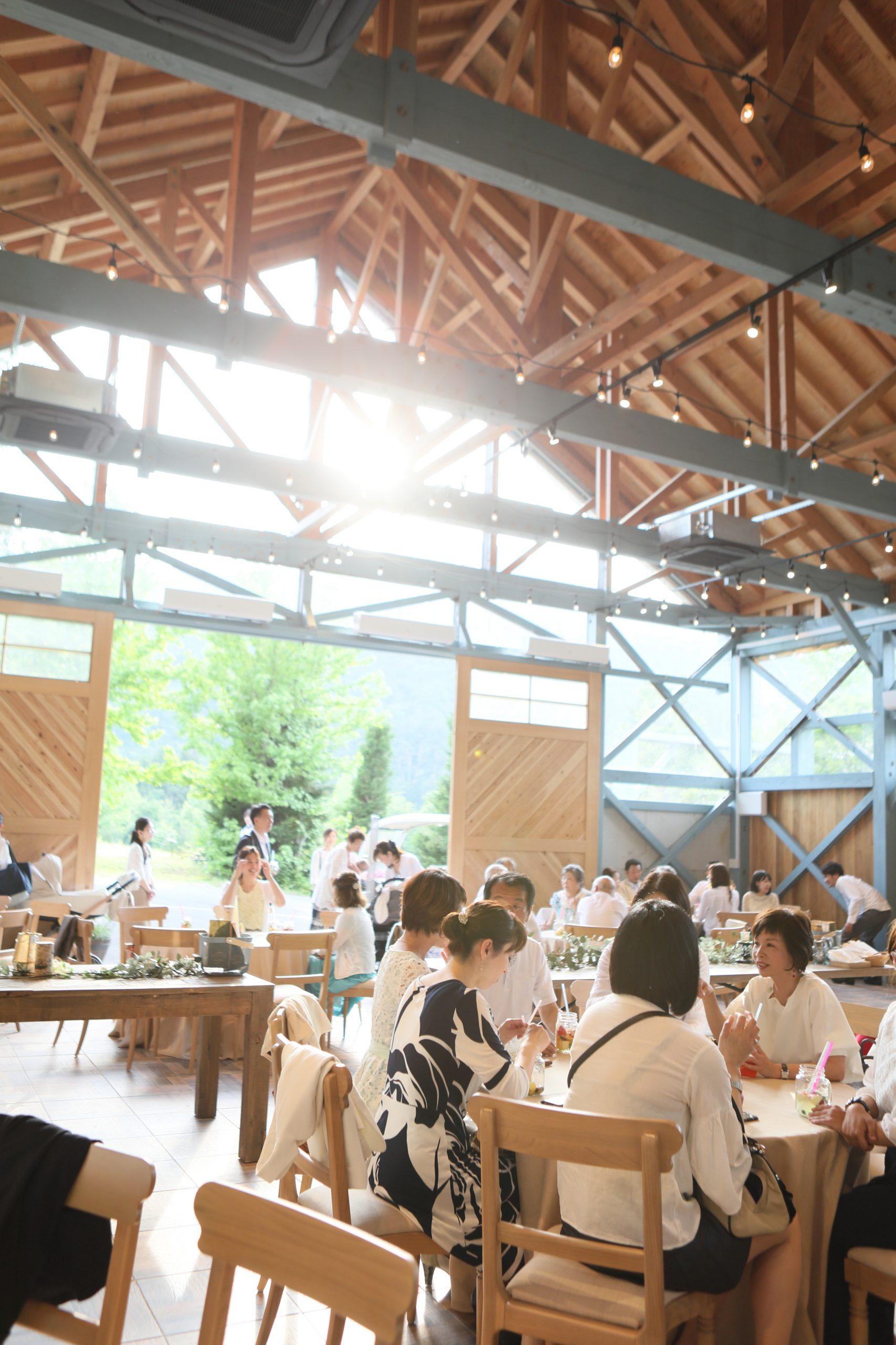 在午後的陽光中,賓客如同參與茶會般放鬆,如同在渡假勝地消磨時光。