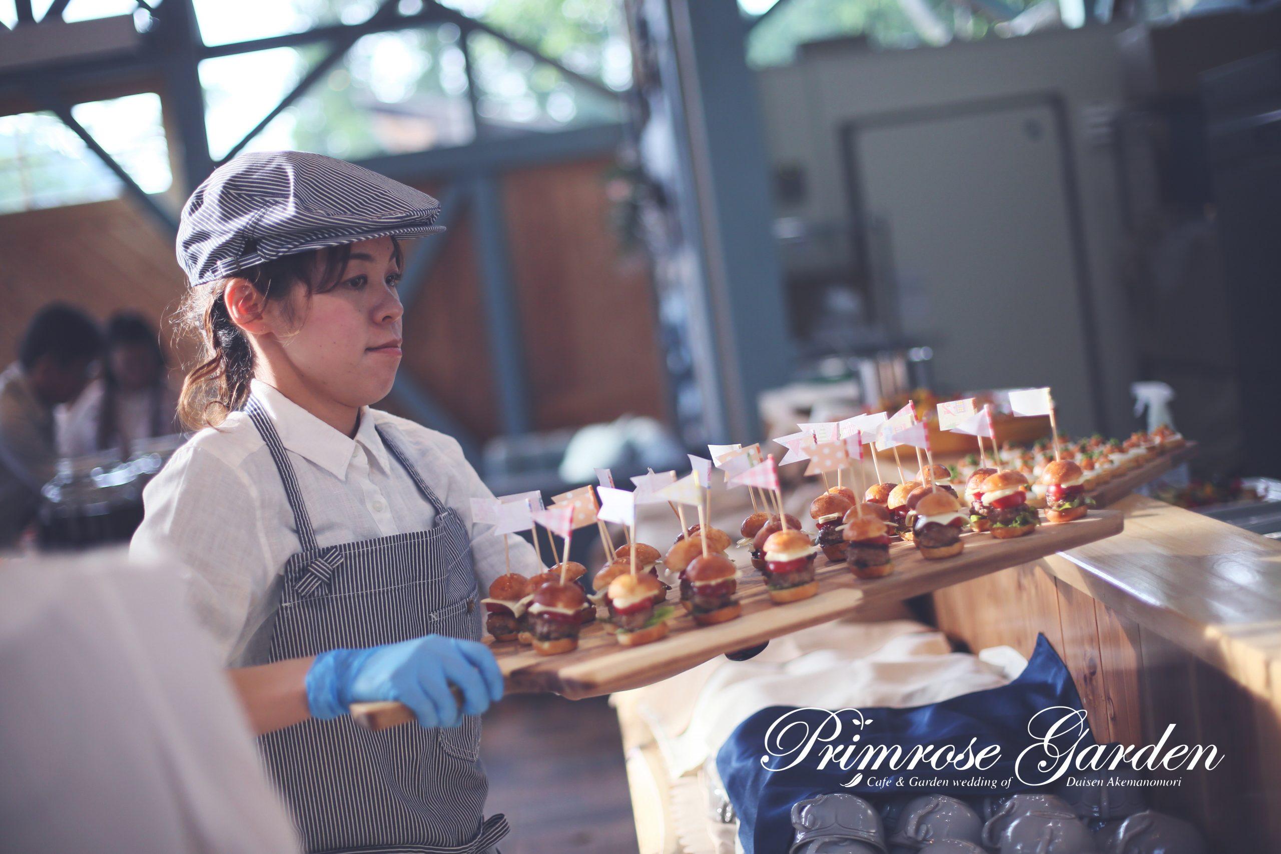 在Freestyle自助buffet中,工作人員遞上小食。